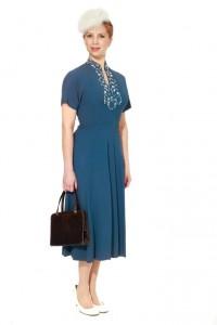 blaues Kleid aus den 30er Jahren mit perlenbesticktem Ausschnitt Gr. 36