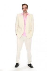 weißer Anzug mit rosa Hemd
