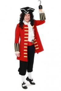 roter Mantel mit goldenen Litzen, Rüschenhemd, Kniebundhose, Schärpe und Dreispitz