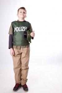 Polizeiuniform für Kinder: Hose, Hemd und Polizeiweste
