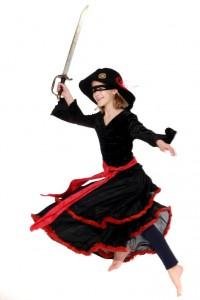 schwarzer Stufenrock mit roten Rüschen, Schärpe, Samtoberteil und Piratenhut
