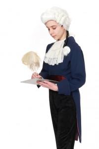 blauer Kinderfrack, schmale Hose, Jabot und Mozartperücke
