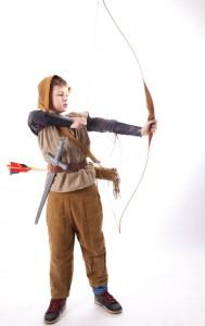 Leinenweste, schmale Hose, Robin Hood Kappe