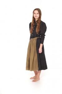 schwarzes Trachtenkleid mit Streublümchen, braune Leinenschürze