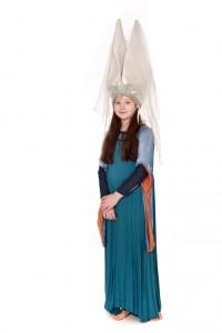 weichfließendes Kleid in Blautönen mit farblich abgesetzten Schleppärmeln, Mittelalterliche Turmhaube (Hennin) Gr. 158
