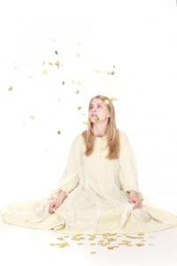 schlichtes, weißes Kleid mit Schleiernesselbesatz
