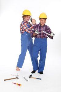 blaue Arbeitshosen und karierte Hemden in verschiedenen Größen