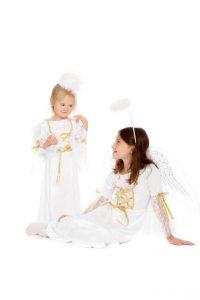weißes Panneéesamtkleid mit Heiligenschein und Flügeln