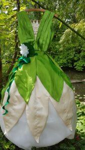 grün-gefälteltes Satinoberteil mit Blütenrock und Reifrock in Gr. 154