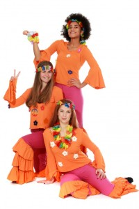 pinkfarbene Sambahosen mit orangefarbenen Rüschen und T-Shirts