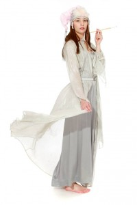 Abendmode 20er Jahre rückenfreies Trägerkleid aus Satin mit zartem silbernen MantelGr. 36