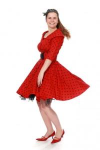 rotes Kleid mit Tellerrock, Gürtel und Petticoat