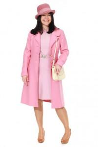 rosa Kleid und Mantel mit Hut