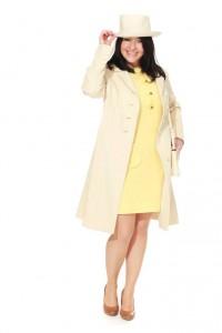60er Jahre: gelbes Minikleid und weißer Mantel mit Hut
