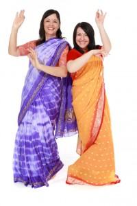 fertig gewickelte Saris in lila und sonnengelb, für Größen 34 bis 40