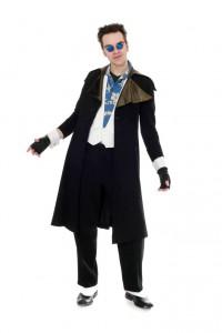 schwarzer Mantel und Hose mit Gamaschen