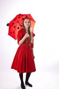 rotes Pünktchenkleid im 50er Jahre Stil mit Regenschirm