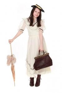 weißes Spitzenkleid mit Samtbändern, Schirm Hut und Reisetasche
