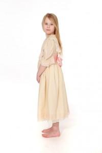 beiges Kleid aus zartem Batist mit spitzenbesetzem Kragen und rosa Schärpe