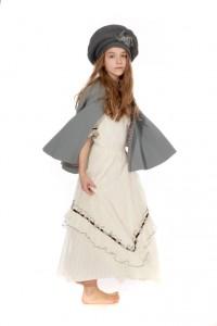 weißes Spitzenkleid mit grauen Cape und Baskenmütze