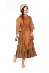 Kleid aus grobem Leinen in Erdtönen mit Baumwollbluse
