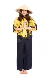 blaue Satinhose mit gelber Jacke und Reishut