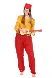 rote Sarouelhose mit gelbem Top und Fez