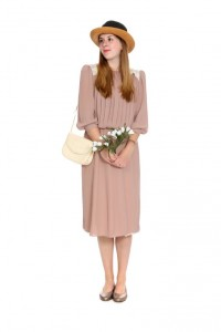 altrosa Kleid mit Fältelung und Spitzenbesatz