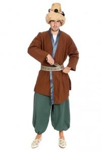weite Hose und Jacke mit Ornamentgürtel und Turban