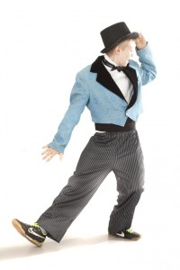 kurze, blaue Smokingjacke Gr. 164, gestreifte Hose, Kummerbund