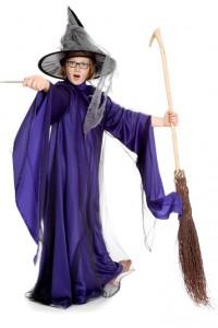 lila Kleid mit langen Schleppärmeln aus Satin und schwarzem Tüll
