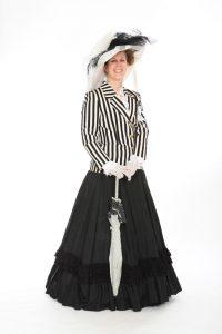 schwarzer Rüschenrock mit gestreifter Jacke und Wagenradhut