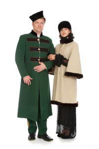 grüner Militärmantel mit schwarzen Tressen und passender Hose