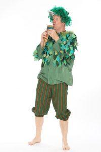 grünes Lappenhemd mit Kniebundhose und Federkappe